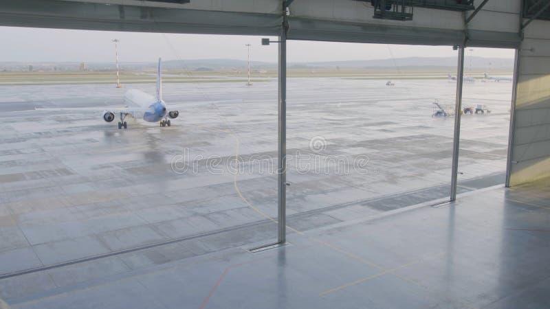 Hangar dla samolotu z ampuły otwartą bramą przy pogodnym letnim dniem Wielkiego samolotu hangar otwiera bramy fotografia stock