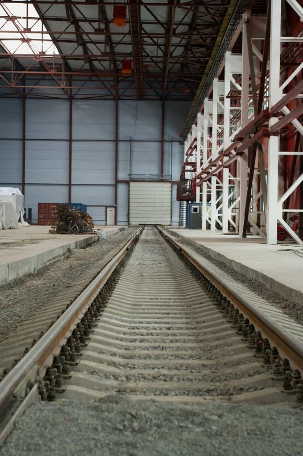 hangar dystansowa idzie linia kolejowa fotografia stock