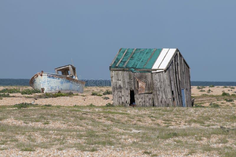 Hangar et bateau d'épave photographie stock