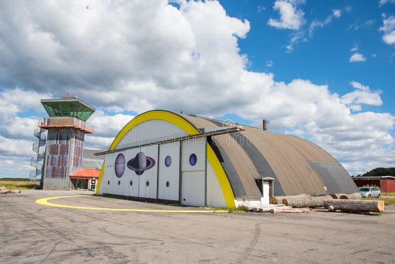 Hangar i wieża kontrolna przy poprzednim militarnym lotniskowym Avno w Dani który teraz jest natura centrum zdjęcia royalty free