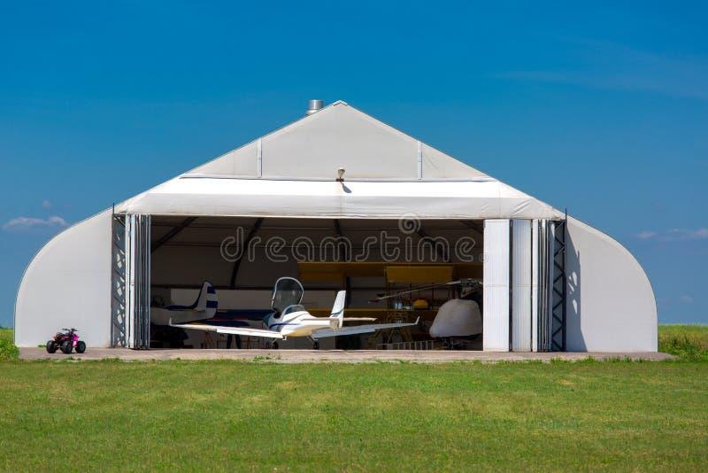 Hangar pour le stockage de l'avion image libre de droits