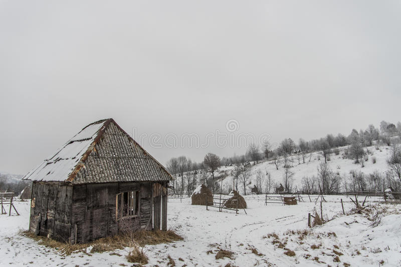 Hangar velho na neve fotos de stock