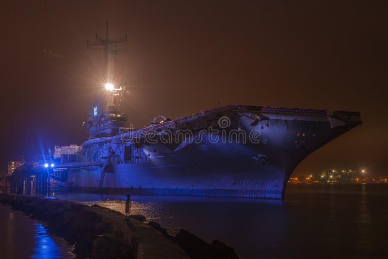 Hangarfartyg på natten arkivbilder