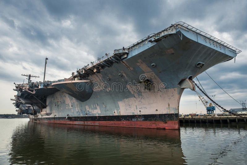 Hangarfartygkrigsskepp för USA Navi i porten arkivfoto