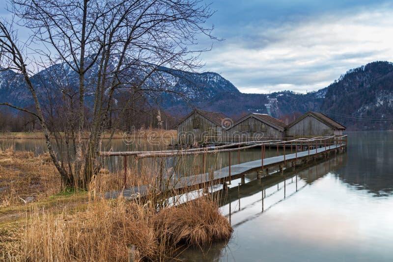 Hangars à bateaux au lac Kochelsee, Bavière, Allemagne photographie stock