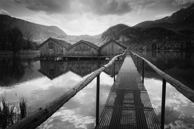 Hangars à bateaux au lac Kochelsee en Bavière, Allemagne photographie stock libre de droits