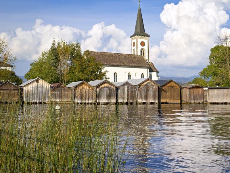Hangars à bateaux et église photos libres de droits