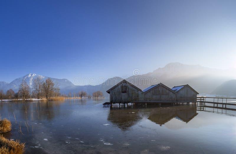 Hangars ? bateaux sur le Kochelsee, Bavi?re, Allemagne images stock