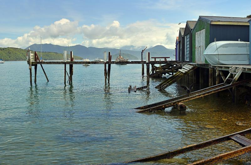 Hangars et rampes de bateau à la baie de Waikawa, Picton, Nouvelle-Zélande photo stock