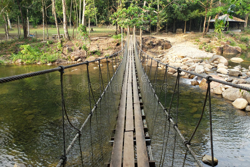 Hangbrug bij waterval, Thailand stock foto's
