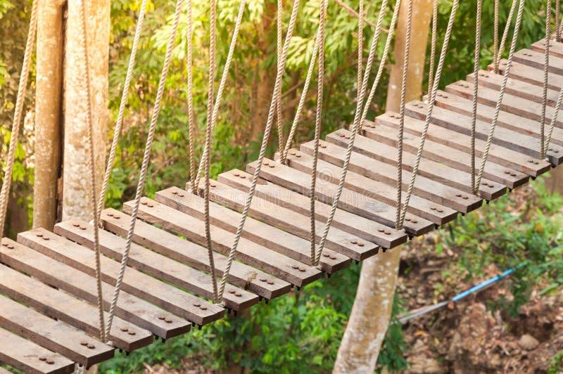 Hangbrug, gang aan avontuurlijk stock fotografie