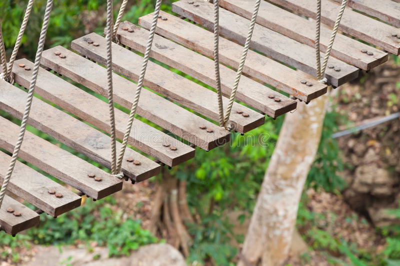 Hangbrug, gang aan avontuurlijk royalty-vrije stock afbeelding