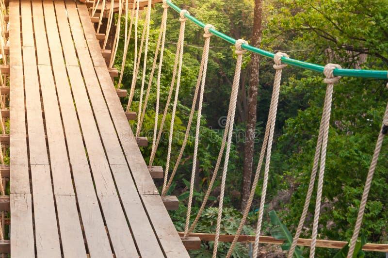Hangbrug, gang aan avontuurlijk royalty-vrije stock foto