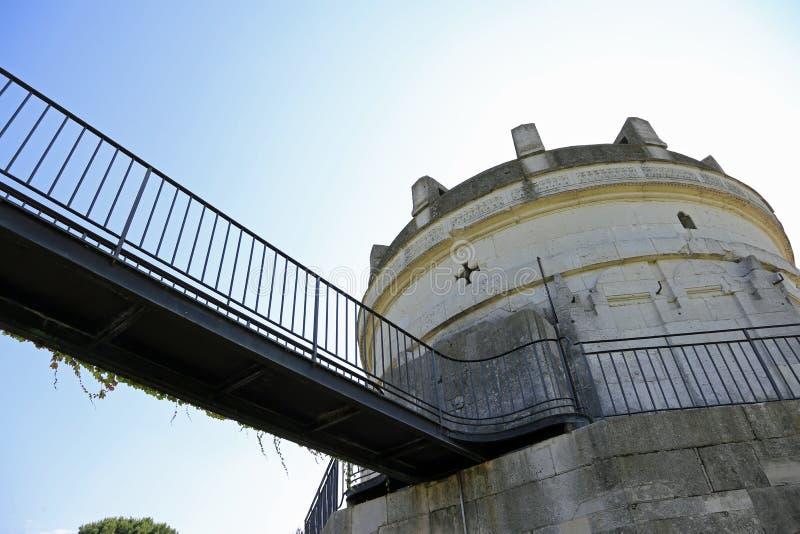 hangbrug om het beroemde Mausoleum van Theodoric binnen te bezoeken royalty-vrije stock fotografie