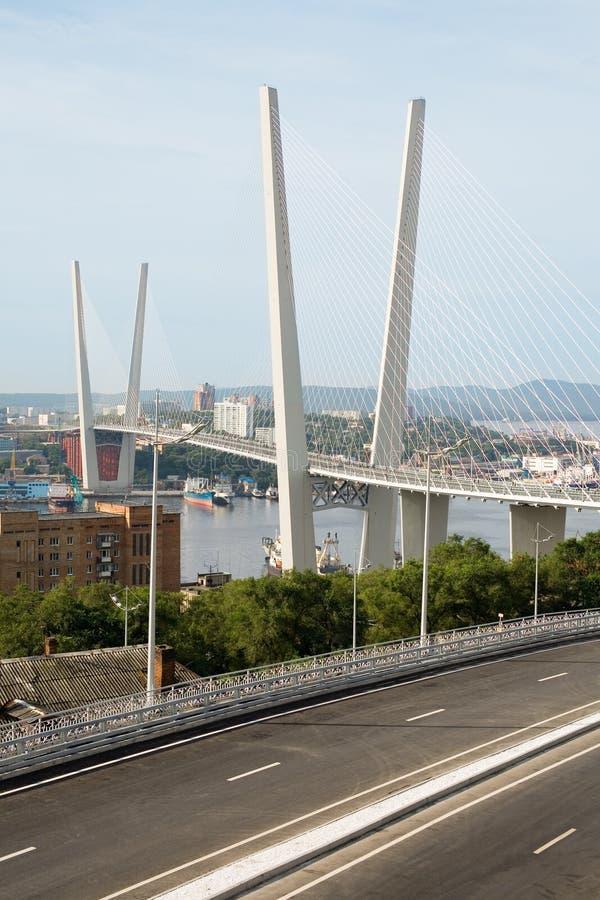 Hangbrug in Vladivostok, Rusland royalty-vrije stock afbeeldingen