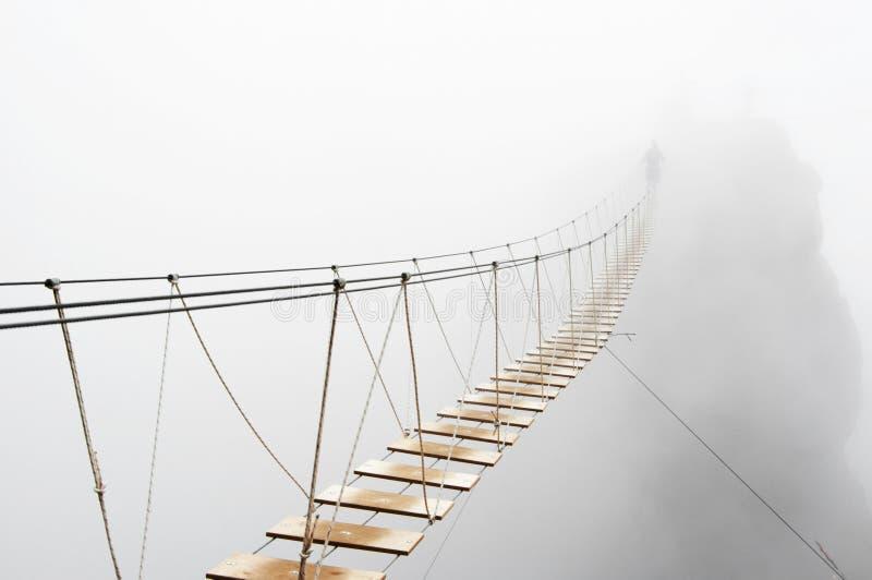 Hangende brug in mist