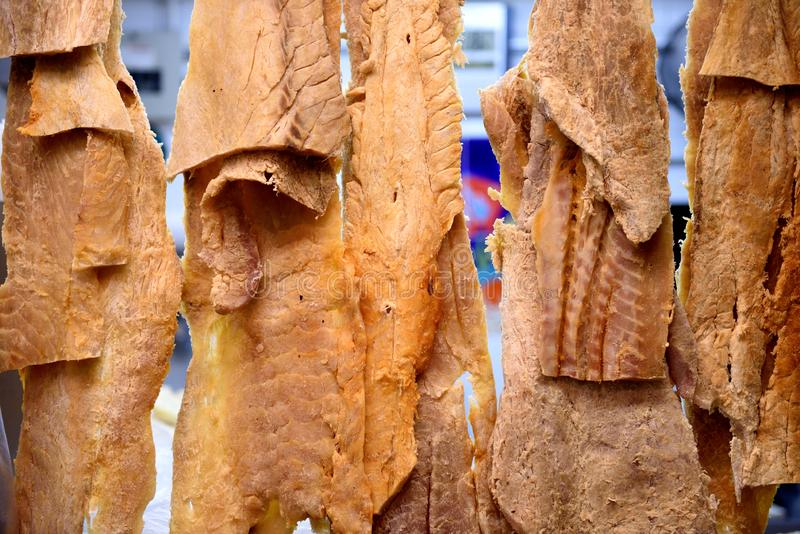 Hangende filets van droge en gezouten Pirarucu, of Arapaima-gigas, de grootste zoetwatervissen van de Rivier van Amazonië stock afbeelding
