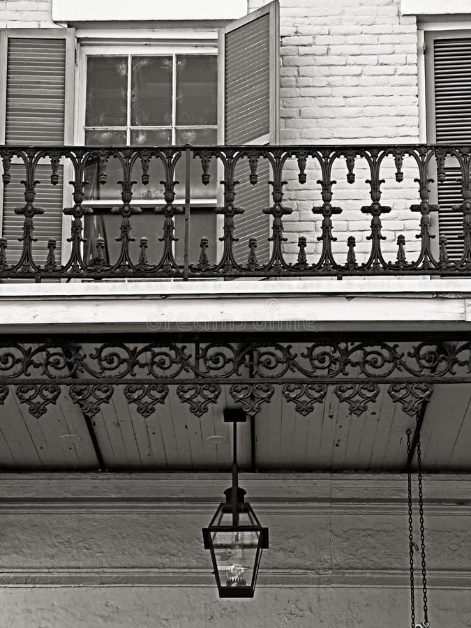 Hangende Gaslamp en Onzin in het Franse Kwart B&W stock afbeelding