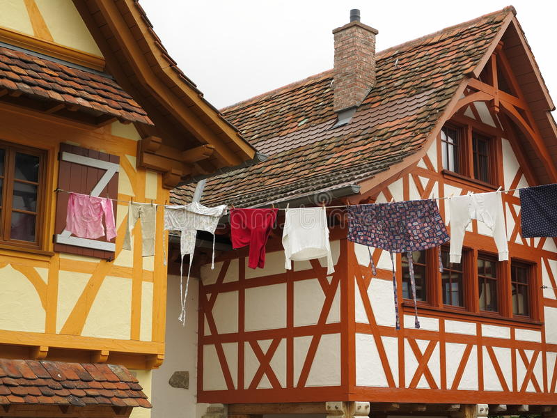 Hangende kleren tussen huizen het plaatsen royalty-vrije stock afbeelding