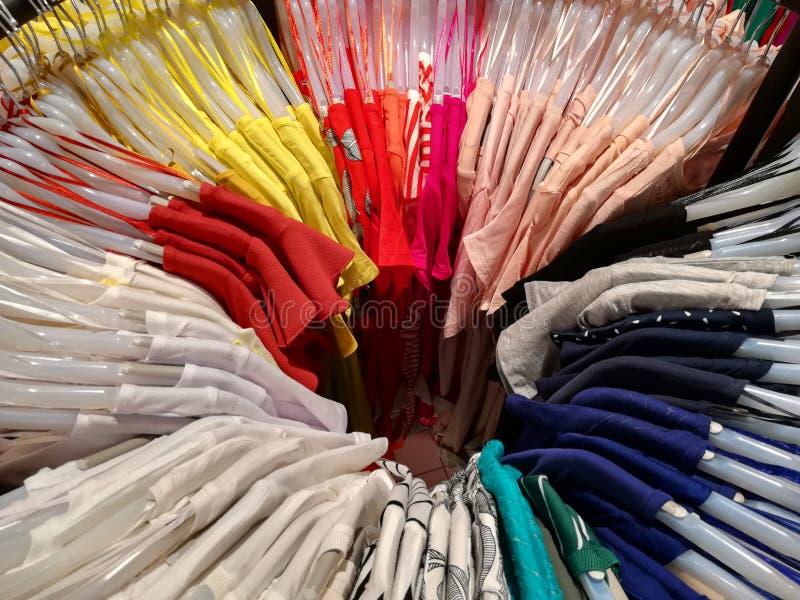 Hangende kleren voor de zomer in een cirkel stock afbeeldingen