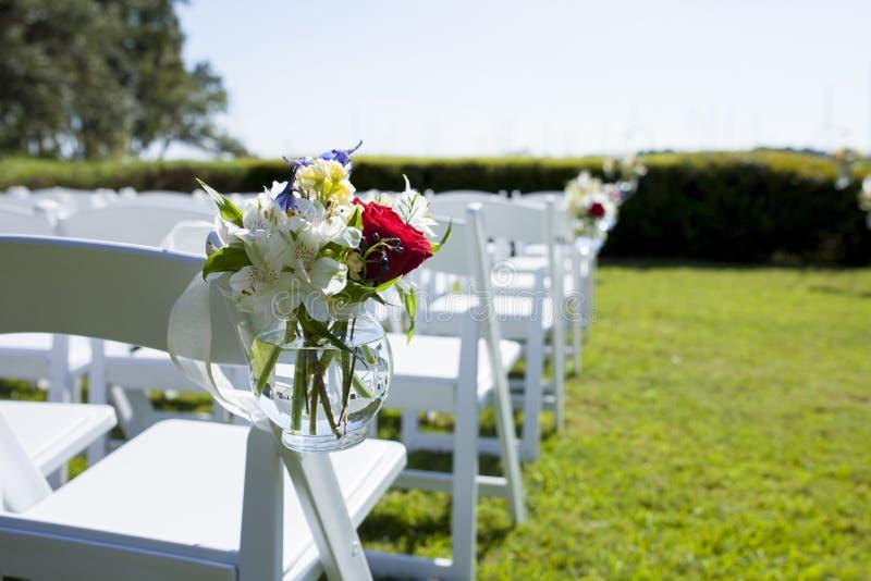 Hangende kruik van bloemen op stoel voor huwelijk royalty-vrije stock afbeeldingen