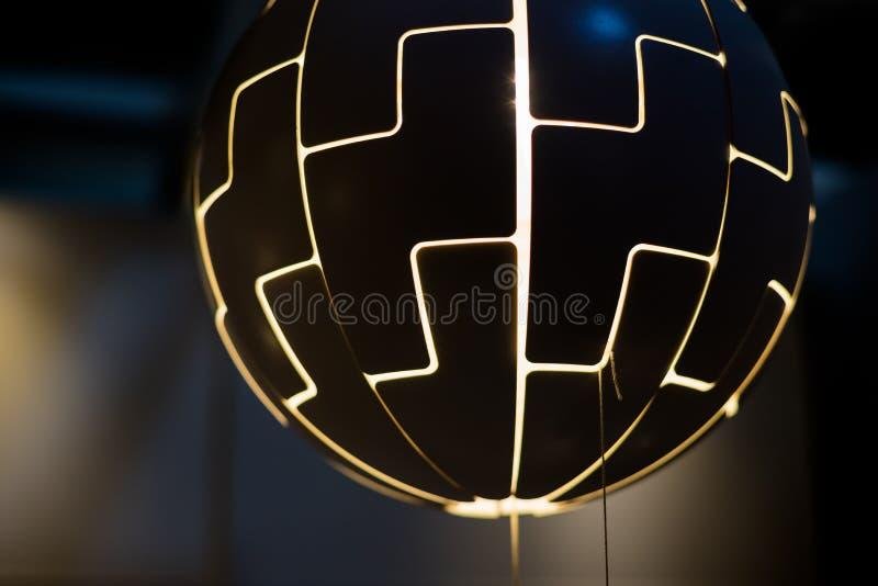 Hangende lamp als bal De gloeilampen worden als een grote bal gevormd die van het plafond hangen moderne rustieke decorstijl royalty-vrije stock afbeeldingen