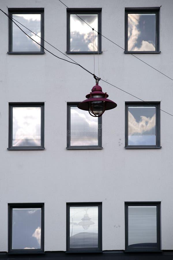Hangende lamp voor de vensters van een woningbouw stock afbeelding