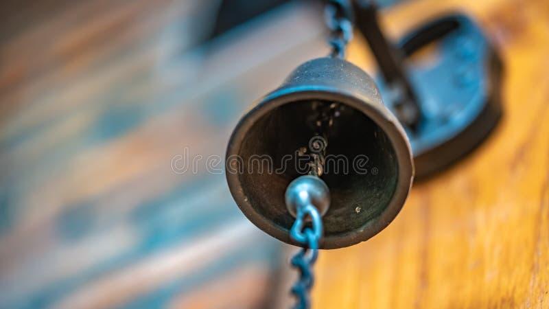 Hangende Ring een Metaalklok stock fotografie