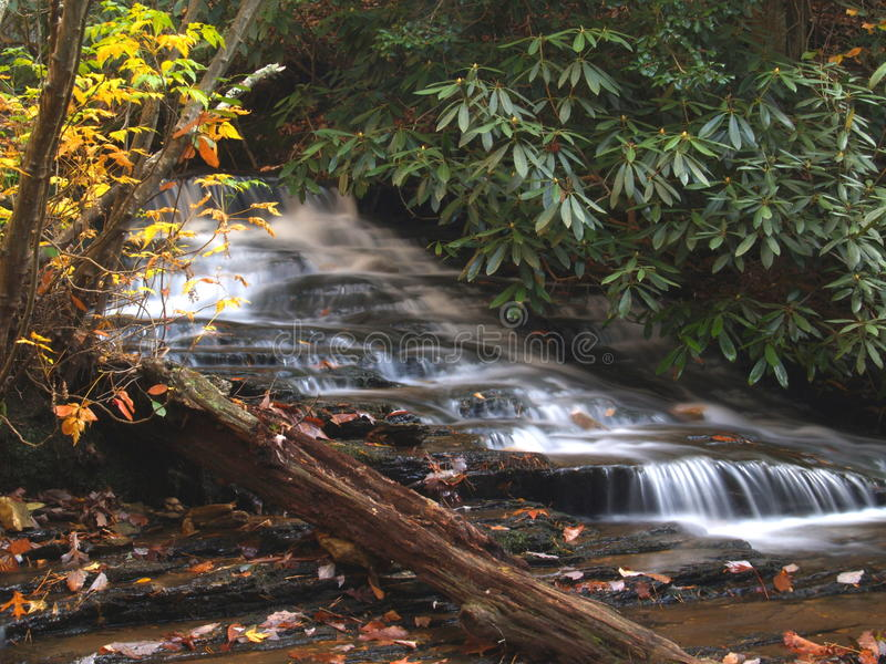Hangende Rotscascades stock foto