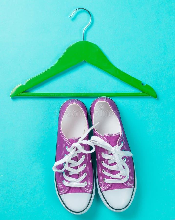 Hanger en gumshoes royalty-vrije stock foto's