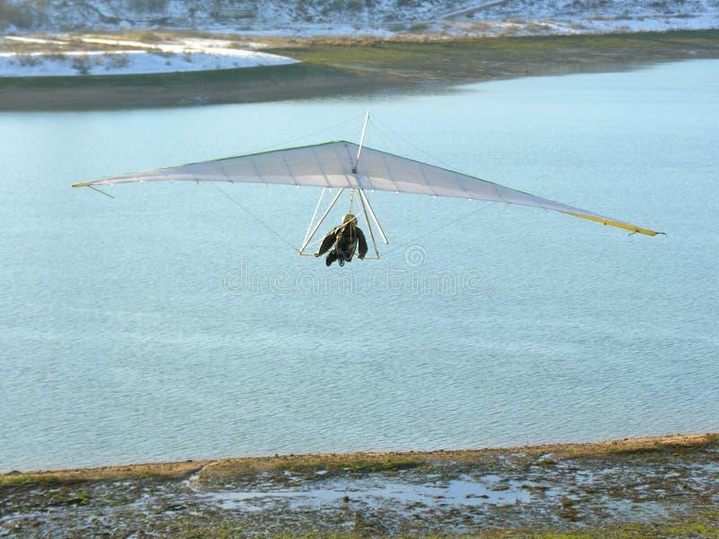 Hangglider et fleuve photographie stock libre de droits