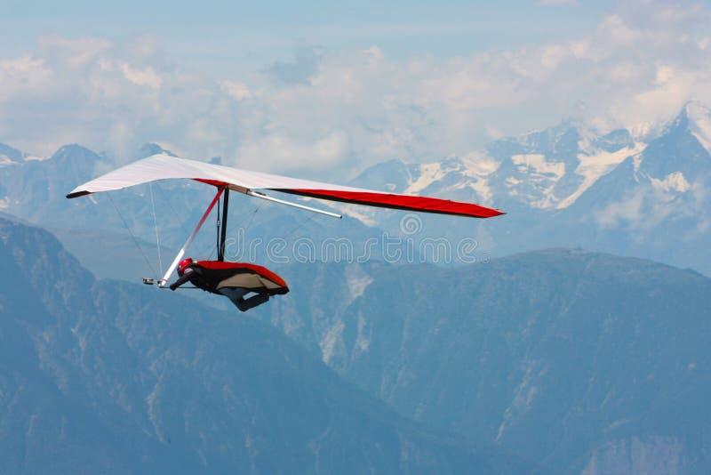 Hanggliding en las montan@as suizas imagenes de archivo