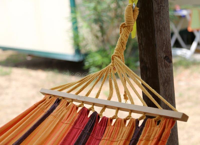 hangmat om in de toevlucht in de zomer te ontspannen stock afbeeldingen