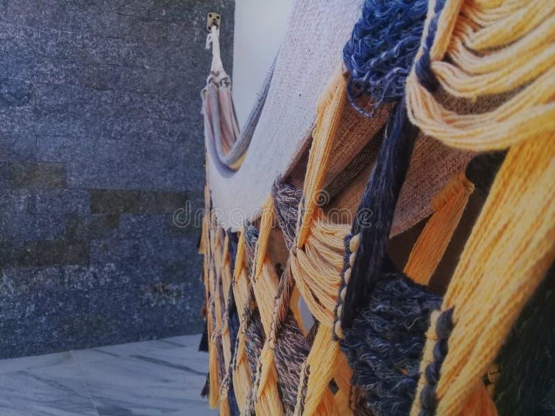 Hangmat op het balkon met steen erachter muur stock afbeeldingen