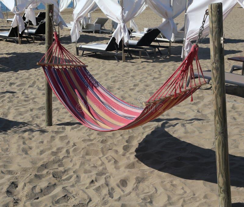 Hangmat op het strand van de toeristentoevlucht voor ontspanning van peo stock afbeelding