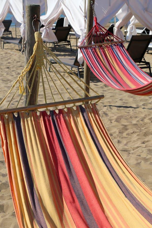 Hangmat op het strand van de toeristentoevlucht voor ontspanning van tou royalty-vrije stock fotografie