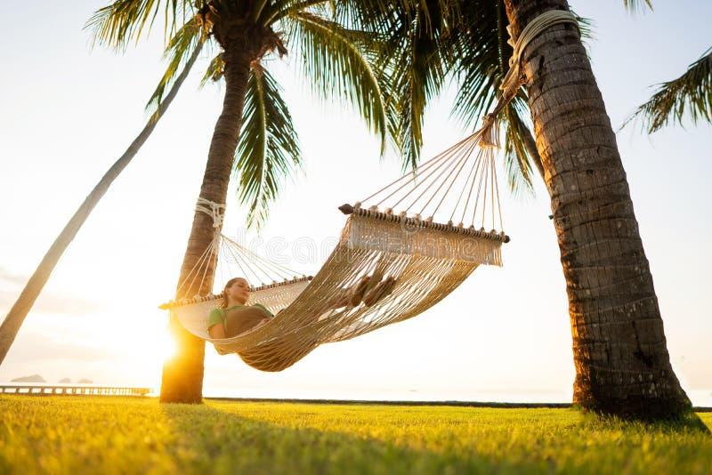 Hangmat op tropische palmen die de bergen overzien royalty-vrije stock fotografie