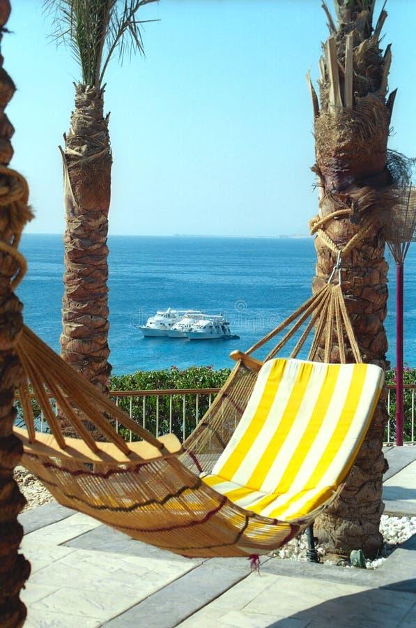 Hangmat tegen Rode Overzees stock fotografie