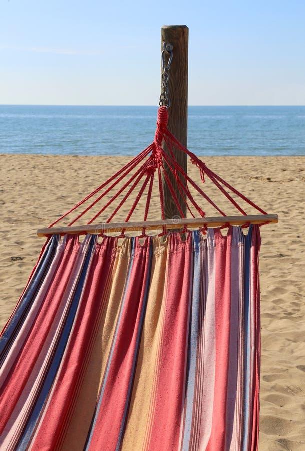 hangmat voor het ontspannen op het strand door het overzees stock foto