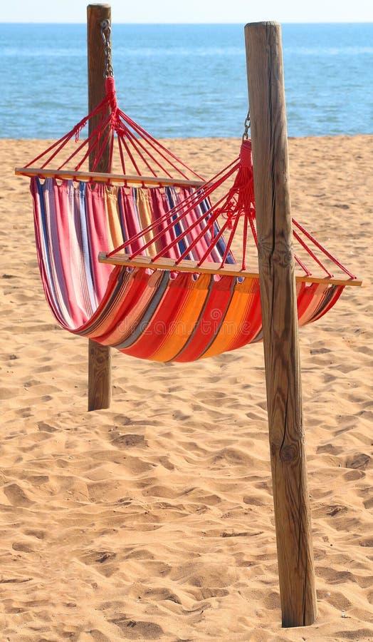 hangmat voor het ontspannen op het strand door het overzees royalty-vrije stock afbeelding