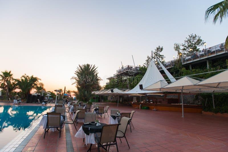 Hangmatten met paraplu's door de pool voor gasten stock afbeelding
