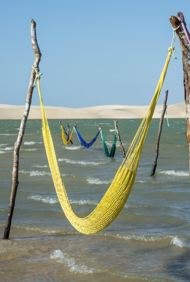Hangmatten op het strand van het meer Tatajuba, Brazilië stock afbeeldingen