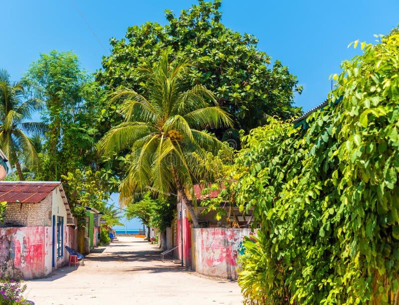 HANGNAAMEEDHOO, MALEDIVES - 26 MAART, 2018: Één van de centrale straten die van klein tropisch eiland, de oceaan van Brits-Indië  royalty-vrije stock afbeelding