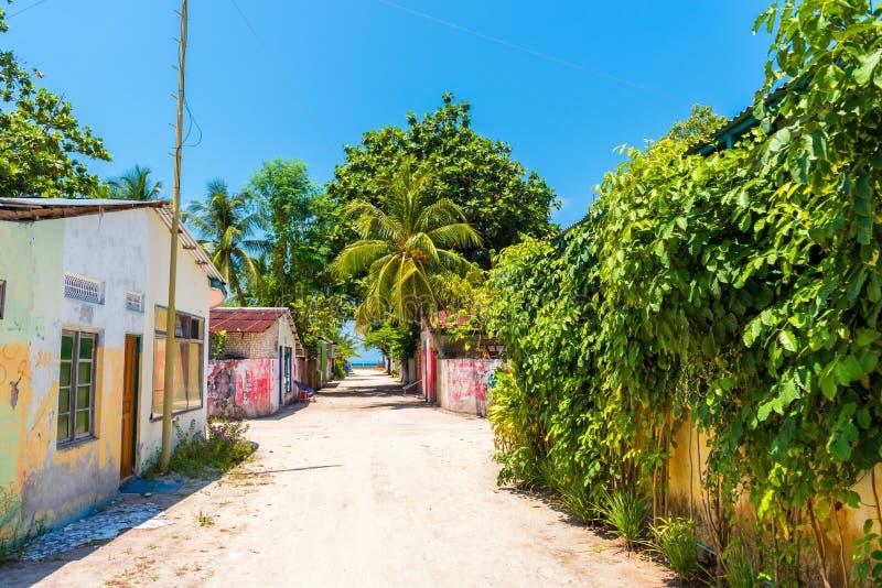 HANGNAAMEEDHOO, MALEDIVES - 26 MAART, 2018: Één van de centrale straten die van klein tropisch eiland, de oceaan van Brits-Indië  stock foto's
