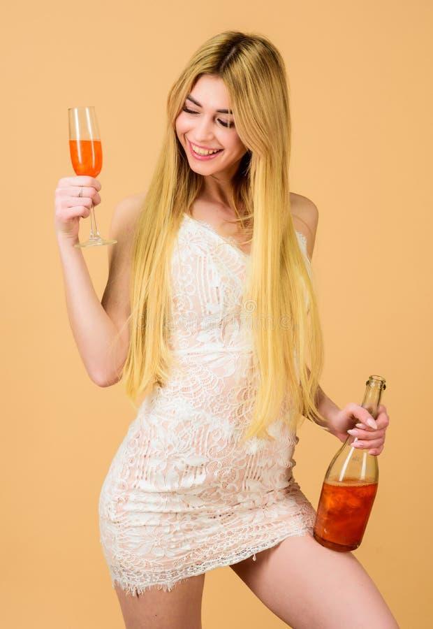hangover Celebra??o do partido H?bito mau E Conhaque bebendo Mulher 'sexy' imagens de stock royalty free