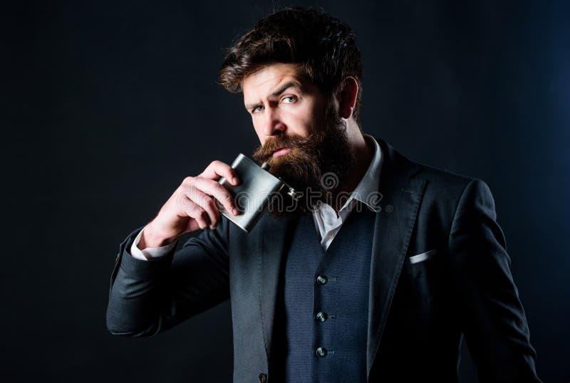hangover Dia de trabalho longo Homem de negócios no terno o moderno caucasiano brutal tem o apego mau Moderno maduro com barba imagens de stock