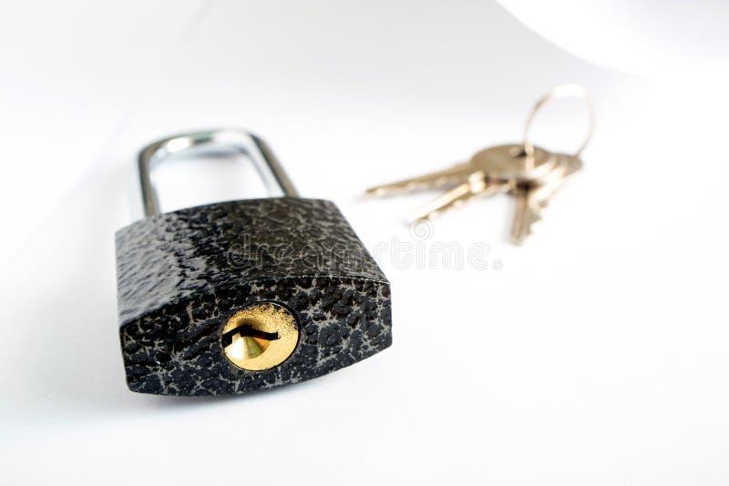 Hangslot en sleutel die naast de Witboekschaduw liggen stock afbeelding