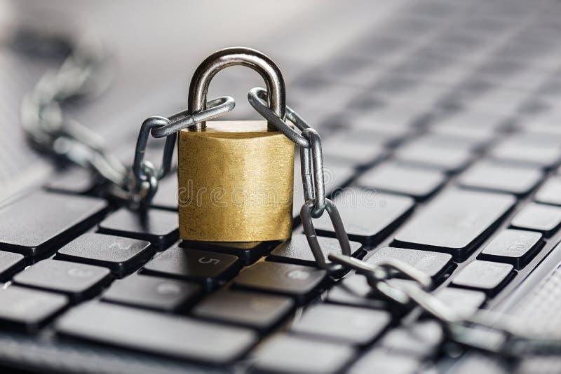 Hangslot op computertoetsenbord Netwerkbeveiliging, gegevensbeveiliging en antivirus beschermingspc stock afbeeldingen