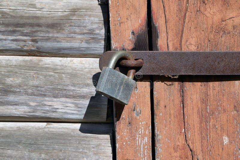 Hangslot op de deur van de oude logboekstructuur stock afbeeldingen