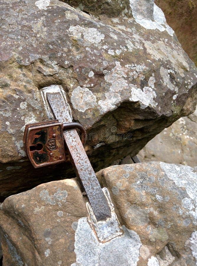 Hangslot op de rotsen royalty-vrije stock fotografie